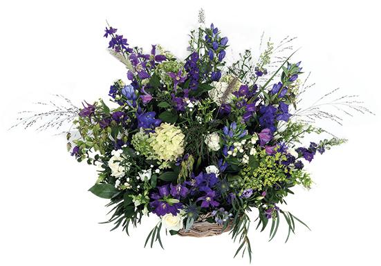 Rouwbloemstuk mand blauw wit bloem